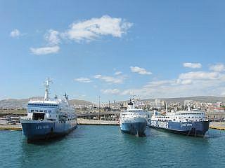 Veerboten in de haven van Piraeus