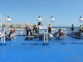 Op het dek van een veerboot in de haven van Piraeus