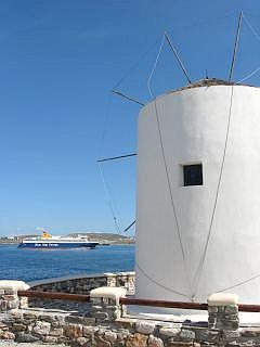 een veerboot bij Paros